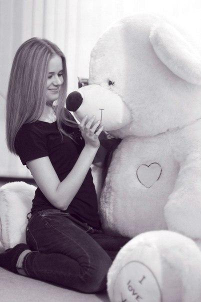 Девушка с большой игрушкой фото 484-414