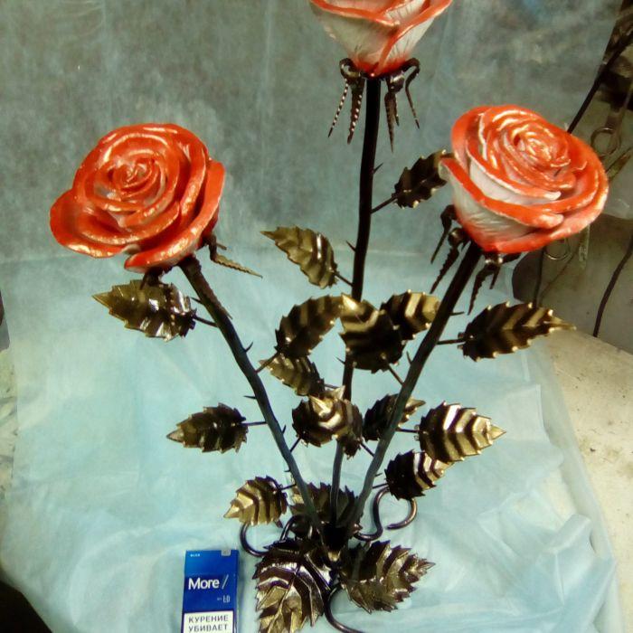 Кованная роза в интерьере